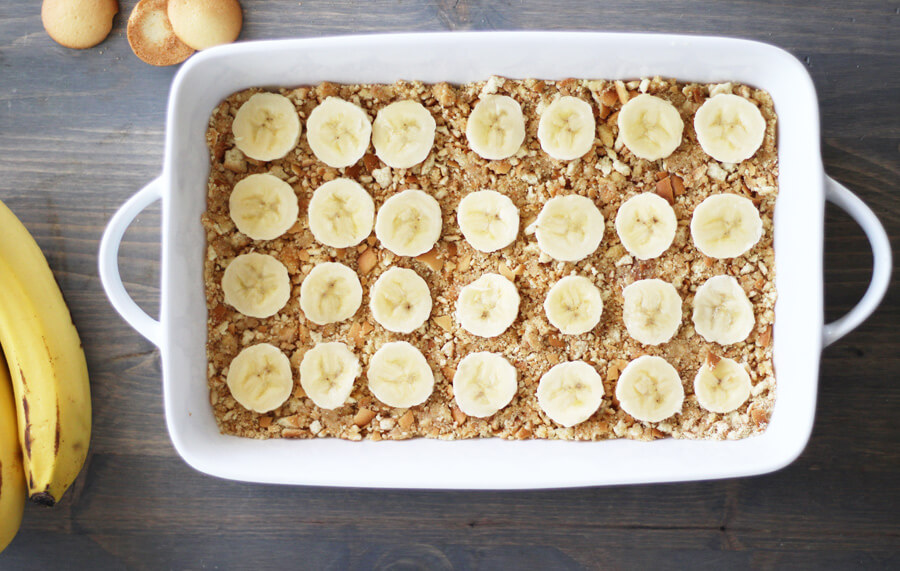 thin slices of banana on top of vanilla wafer crust